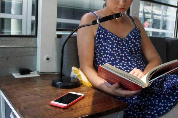 Девушка за журнальным столиком читает книгу