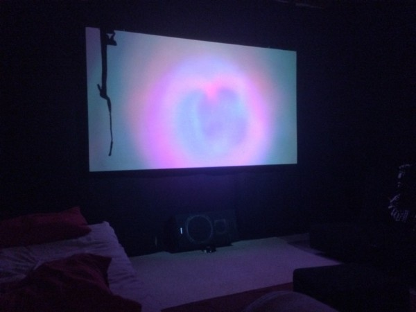 В тёмной комнате светит светодиодный фонарь