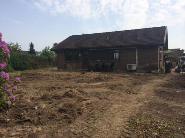Вид на дом и расчищенный земельный участок