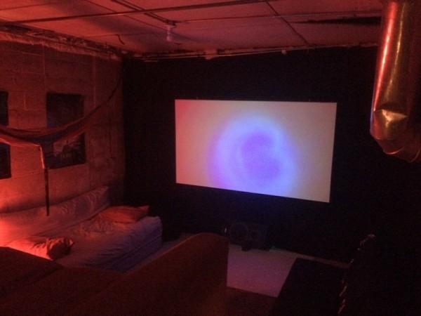 В тёмном кинотеатре светит светильник и LED лампа