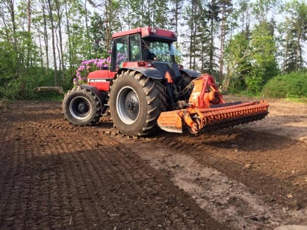 Трактор дискует землю