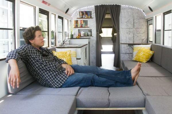 Человек отдыхает на диване