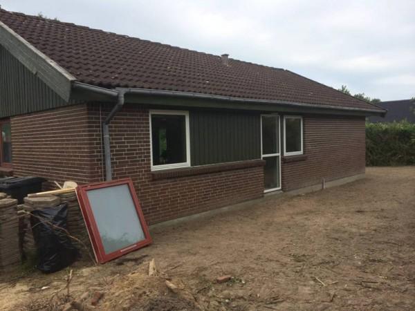 Дом с новыми окнами, вид сбоку