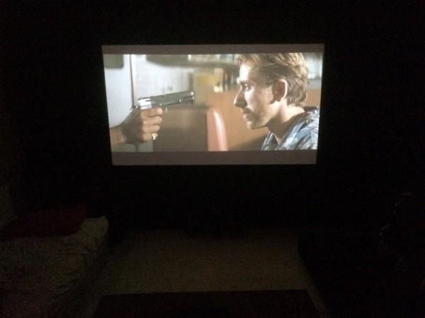 Широкоформатный фильм на экране