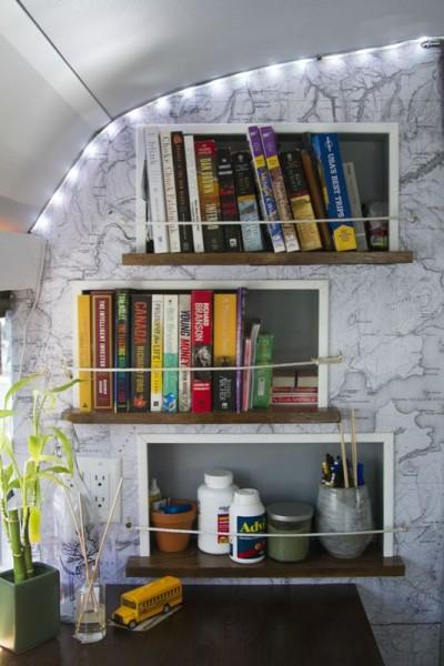 Полки на с книгами на стене