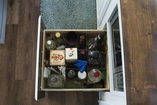 В ящике с ячейками бутылки