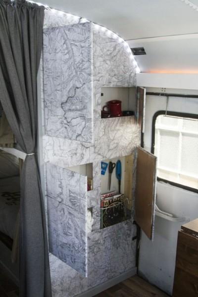 Кухонный шкаф с открытыми дверцами