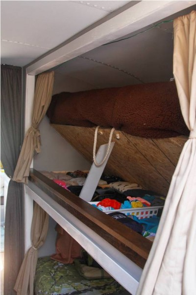 Ящики с вещами под кроватью