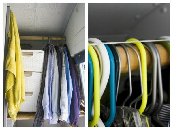 В шкафу рубашки на вешалках