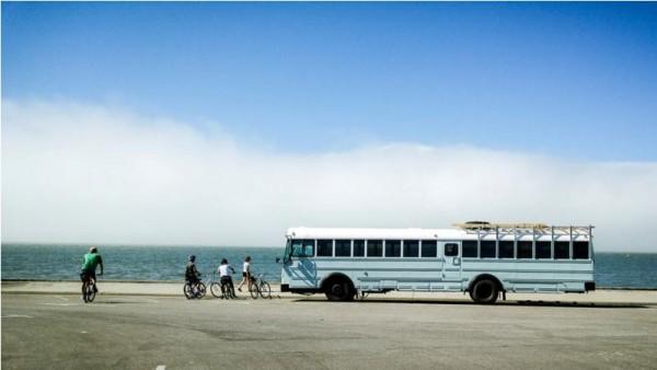 Автобус на берегу океана