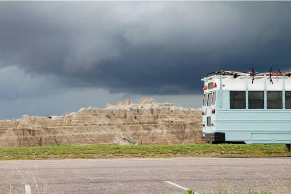 Задняя часть автобуса на фоне пасмурного неба