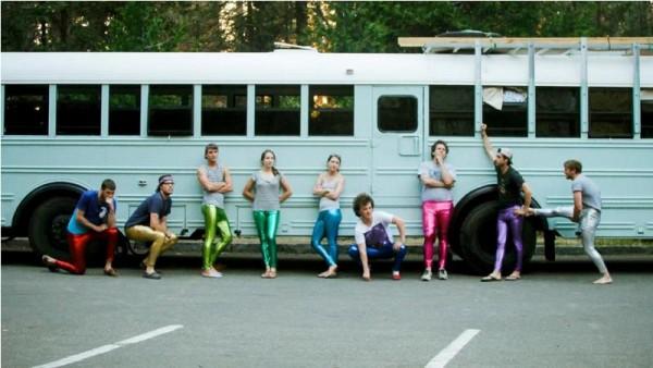 Молодые люди в разноцветных штанах на фоне автобуса