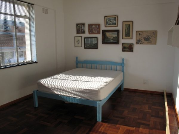 В комнате двуспальная кровать