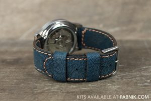 Часы с синим кожаным ремешком