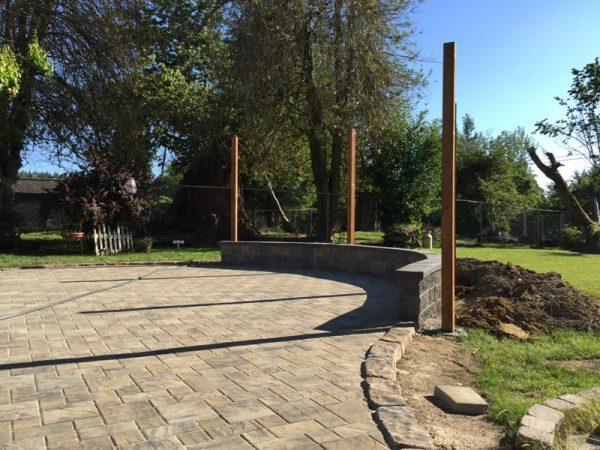 Во дворе изогнутый фундамент и деревянные опоры