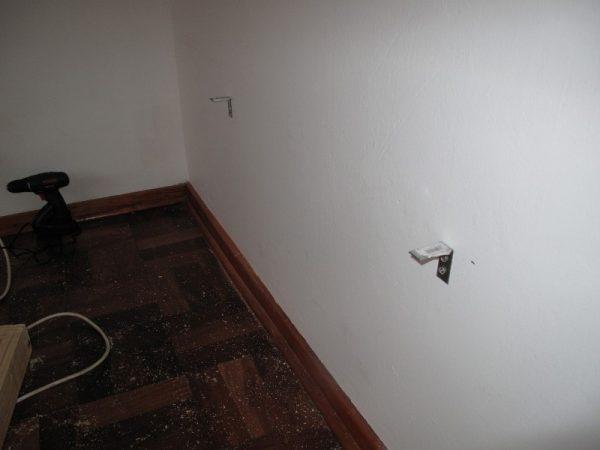 В стене металлические кронштейны