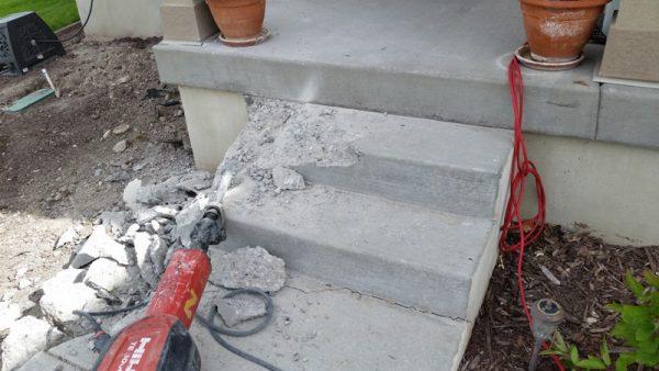 Разбитые бетонные ступеньки и отбойный молоток