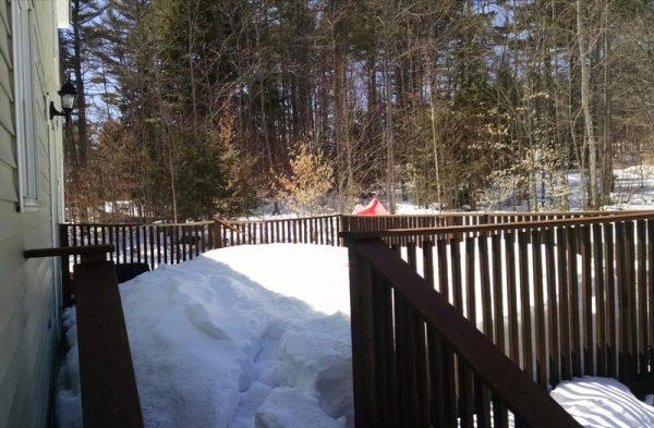 На крыльце сугроб снега