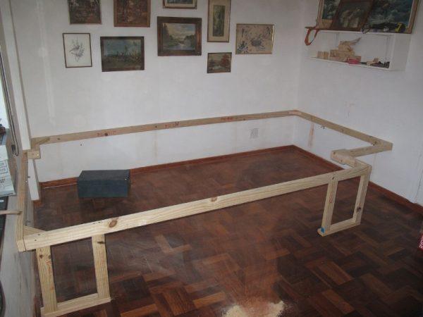 Деревянная рамка прикреплена к стене