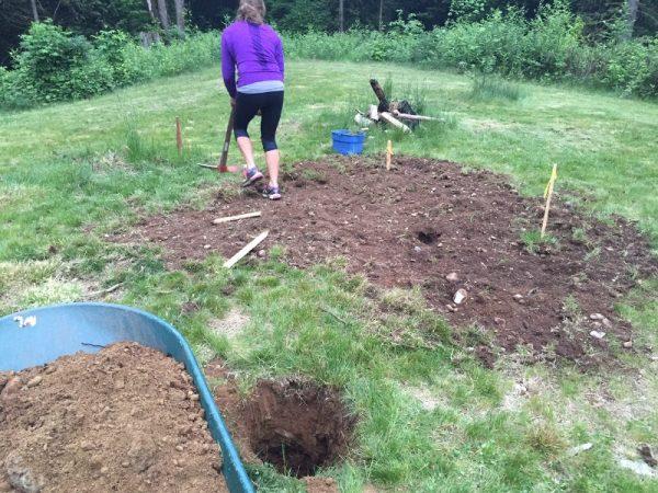 Женщина очищает землю от травы