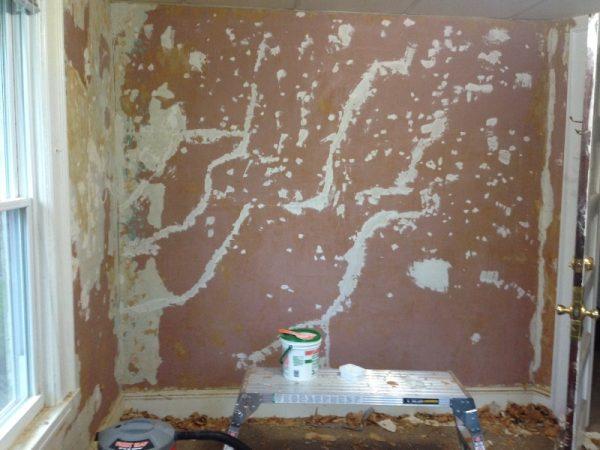 Стена с зашпаклёванными трещинами