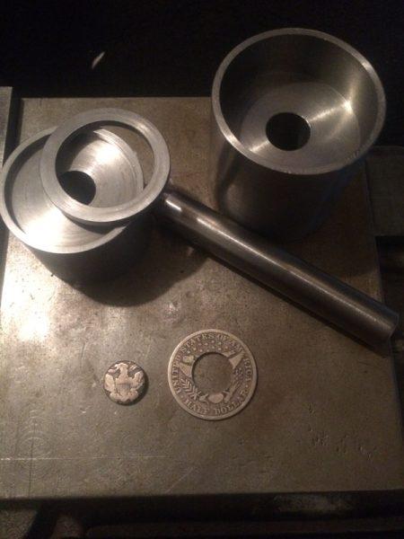 Монета с отверстием и металлические кольца