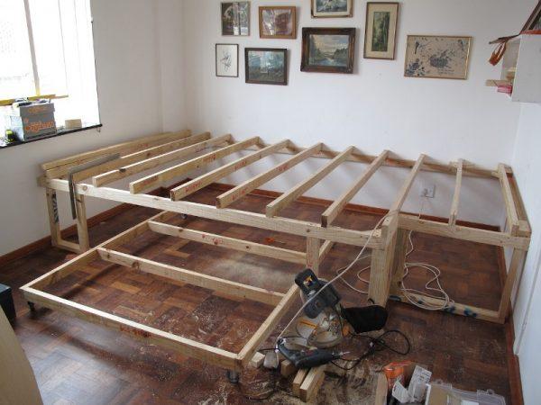 Готовый деревянный каркас сцены и кровати на колёсах