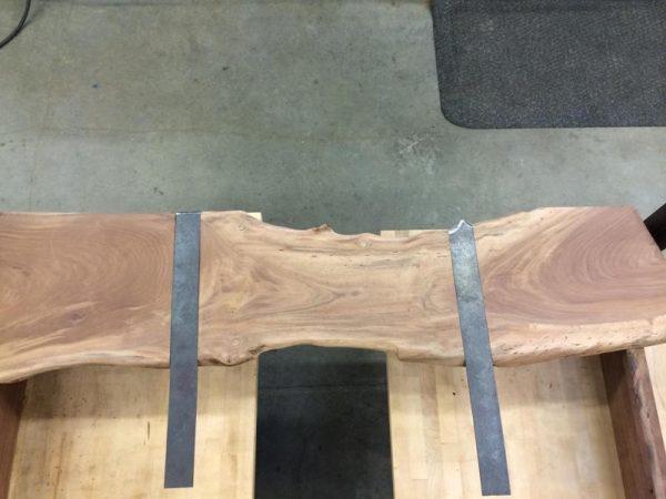 На доске для изголовья металлические планки