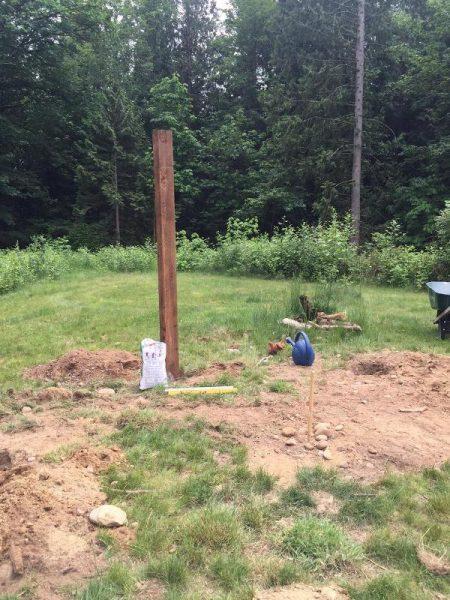 Деревянный столб закопан в землю