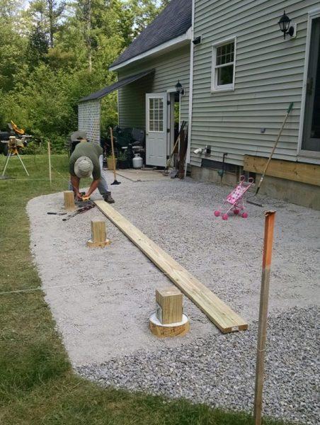 Человек бетонирует площадку