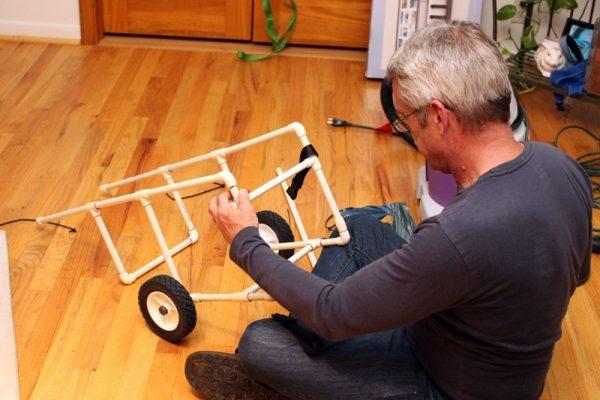Мужчина на полу сделал каркас коляски