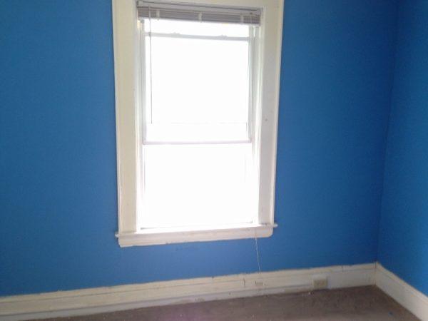Окно и синие стены комнаты