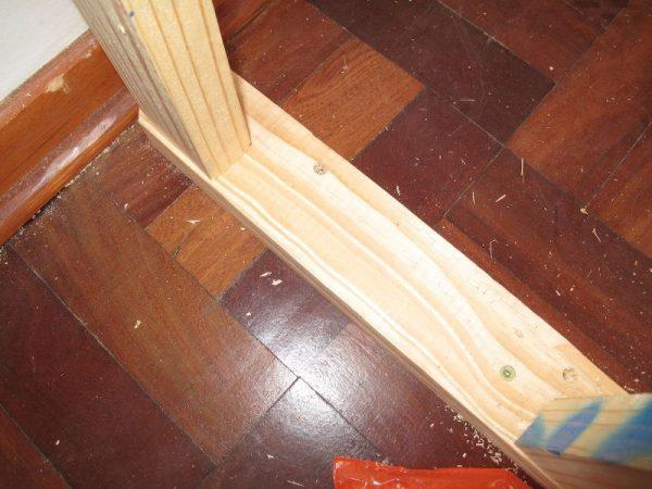 Деревянный брус привинчен к полу