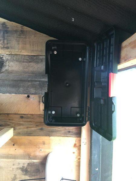 Ящик для инструментов прикручен к стене