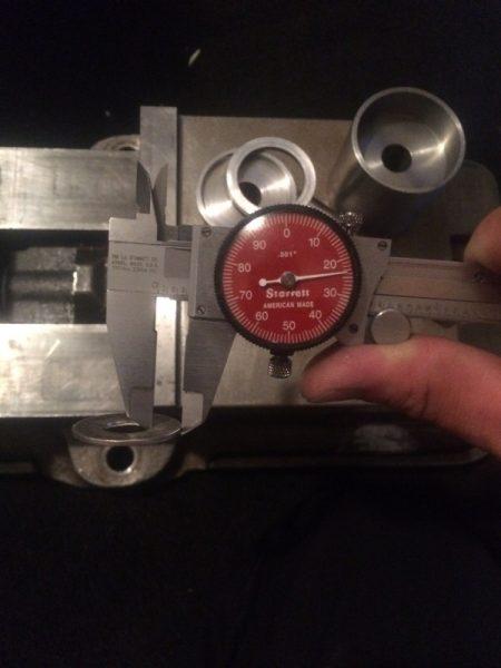 Измерение толщины монеты стрелочным штангенциркулем