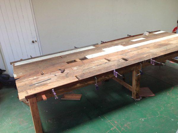 Укладка столешницы на деревянный стол
