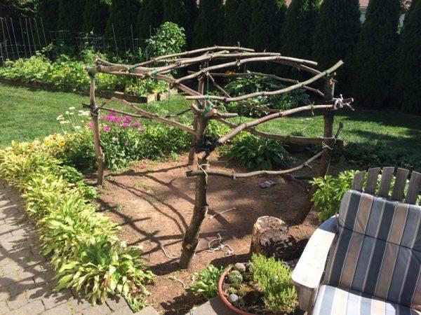 Каркас шалаша крупным планом, вид во двор