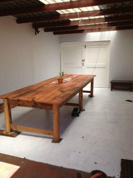 Деревянный лакерованый стол под навесом