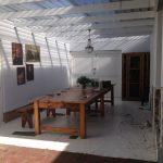 Большой деревянный стол в помещении