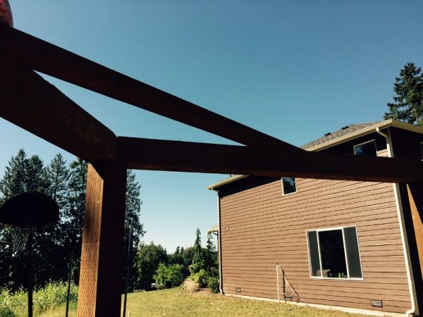 Угол деревянной рамы, вид снизу