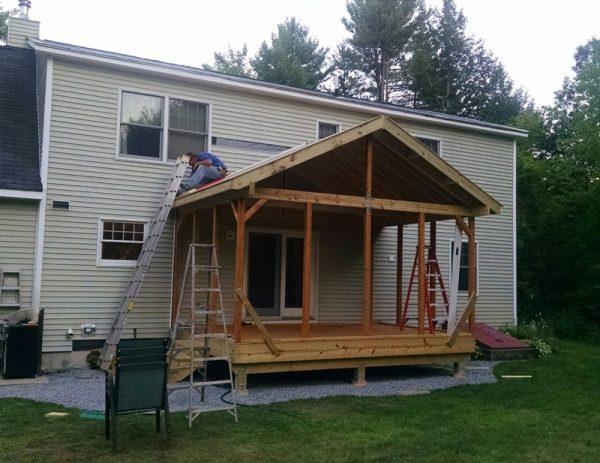 Человек обшивает крышу