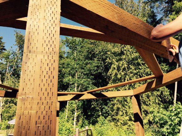 Каркас деревянной беседки крупным планом