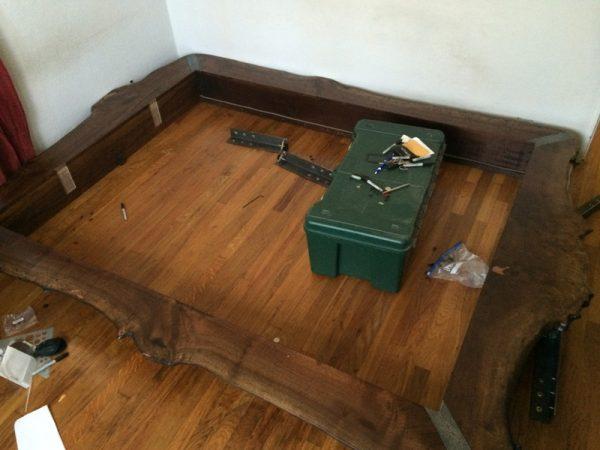 Каркас кровати в сборе и ящик с инструментом