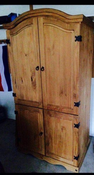 Старый деревянный одёжный шкаф