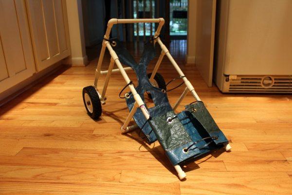 На раму инвалидной коляски натянут брезент