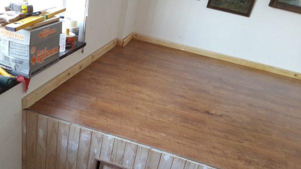Готовый пол с ламинатом и плинтусом, вид от окна