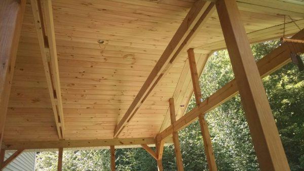 Потолок веранды облицован сосновыми досками