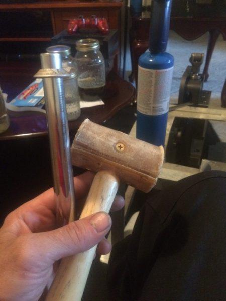 Кольцо на конусной опраке и деревянный молоток