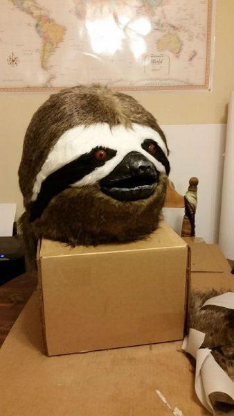 Готовая маска ленивца на коробке