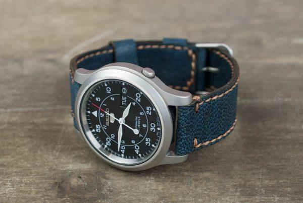 Часы с застёгнутым кожаным ремешком